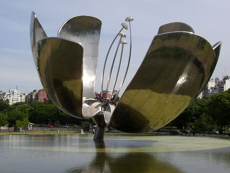 Floris Generica, la grande fleur en métal de Buenos Aires