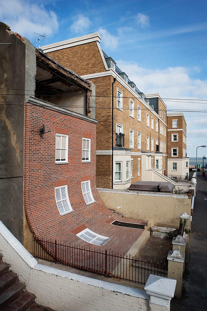 Une façade en briques qui semble avoir glissé