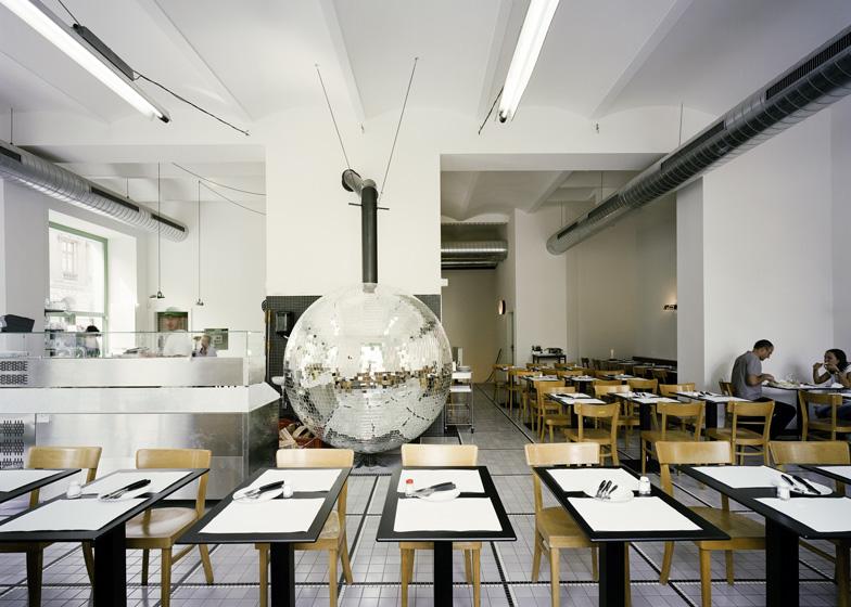 four à pizza en boule à facettes disco