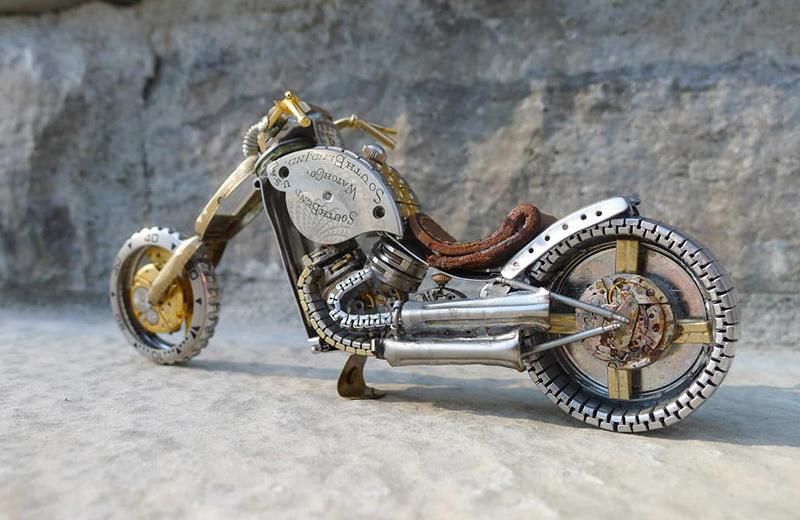 moto miniature avec éléments de montres