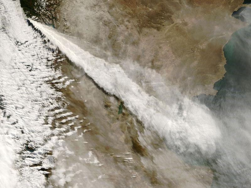 vue aérienne d'un volcan en éruption