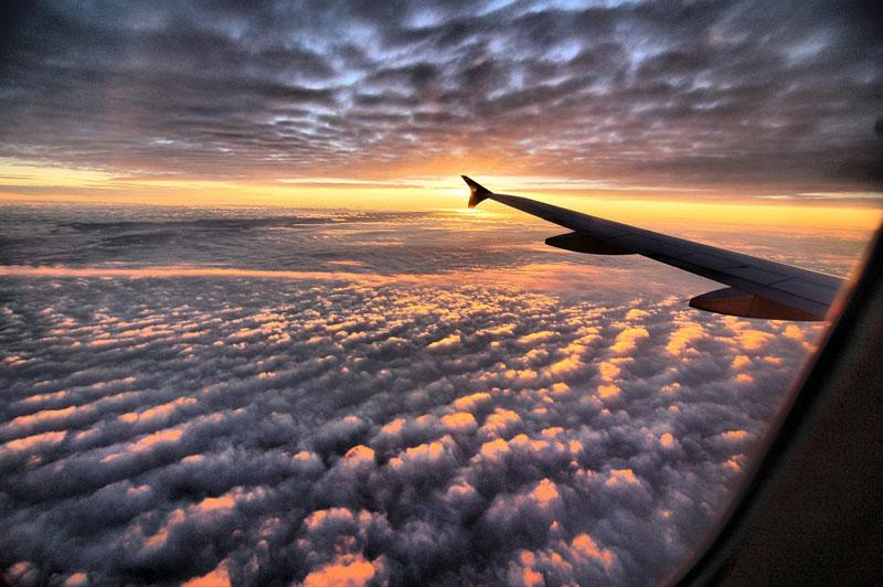 vue par la fenêtre d'un avion