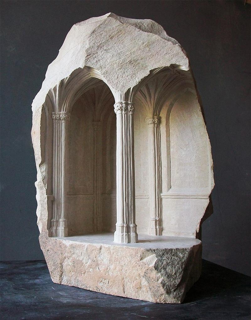 Intérieurs médiévaux miniatures sculptés dans des blocs de marbre