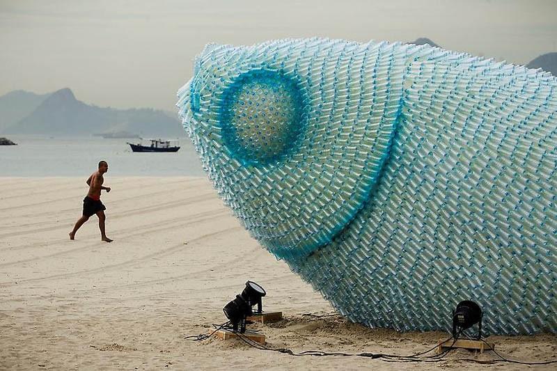 sculpture géante de poisson avec des bouteilles recyclées