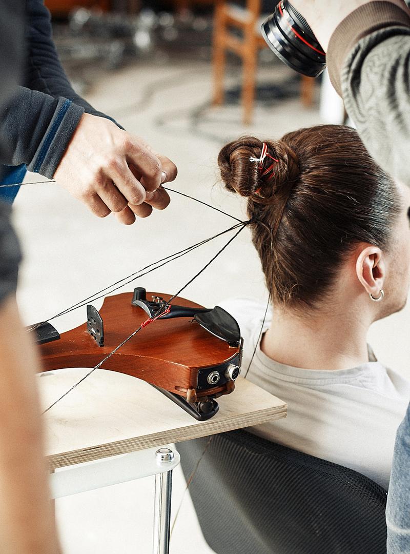 jouer du violon avec les cheveux