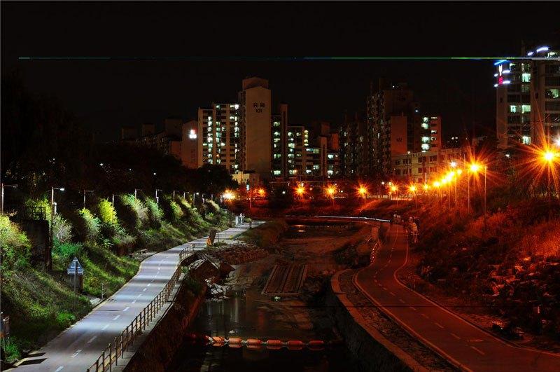 Un seul côté d'une rue éclairé par des lumières LED
