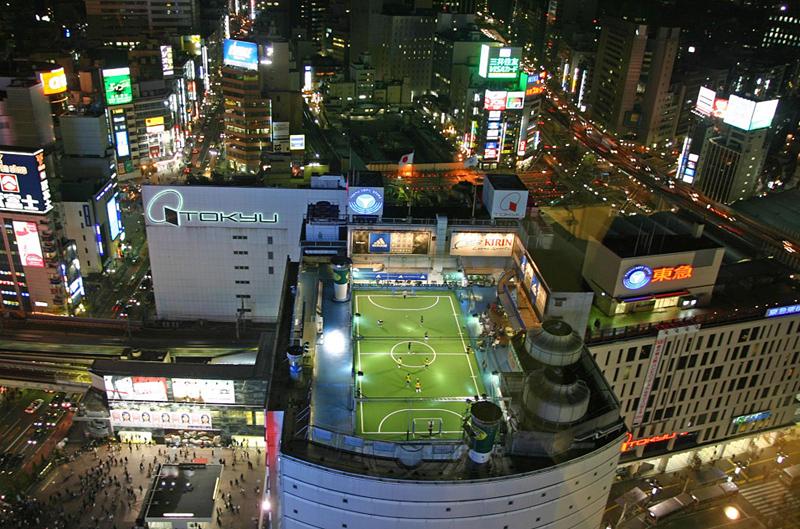 Terrain de foot au sommet d'un bâtiment à Tokyo