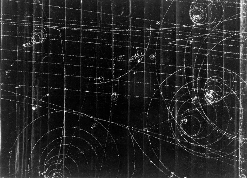 Traces de particules dans une chambre à bulles