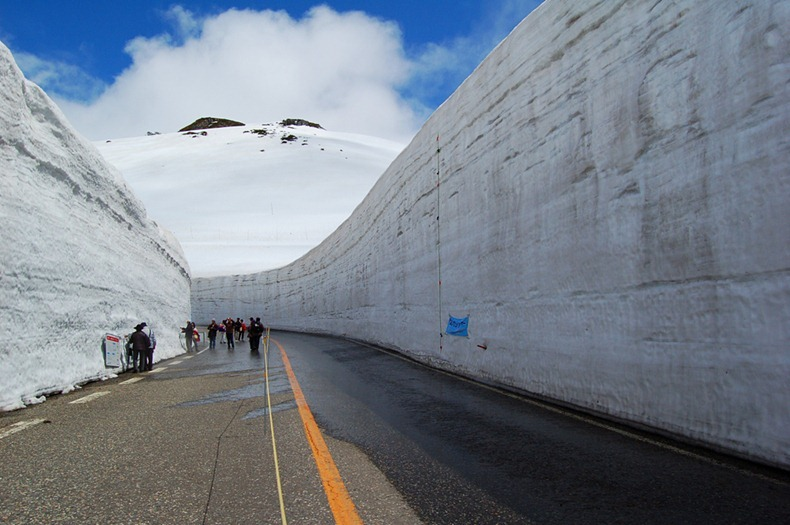 Murs de neige gigantesques le long de la route Tateyama Kurobe au Japon