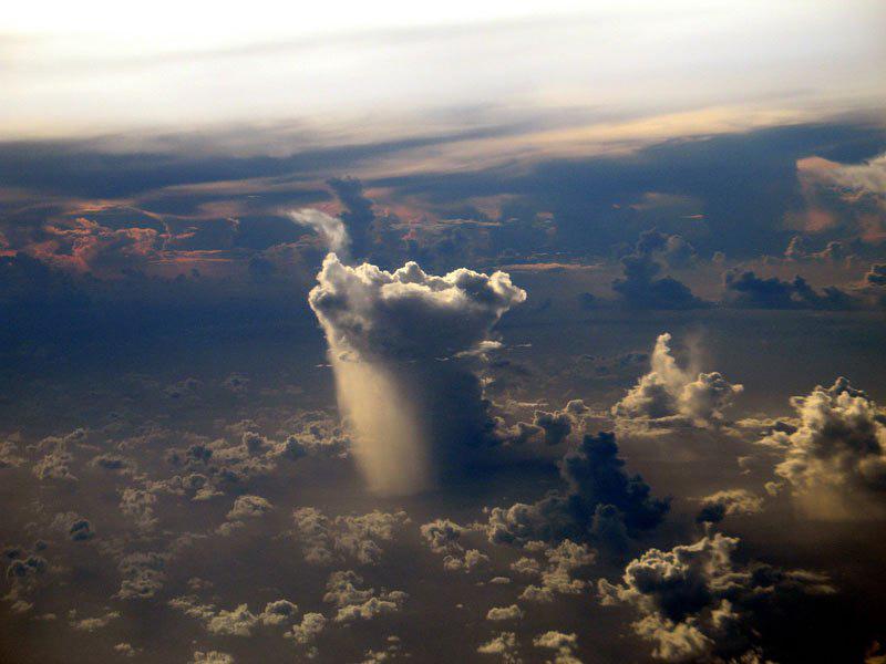 Un nuage de pluie isolé quelque part dans le Pacifique
