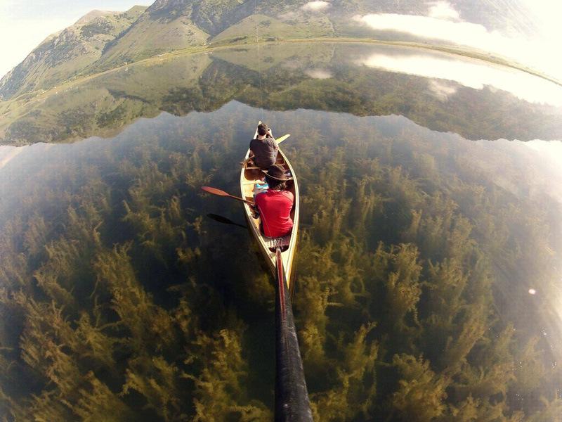 Canoë sur l'eau cristalline du Lac del Matese en Italie