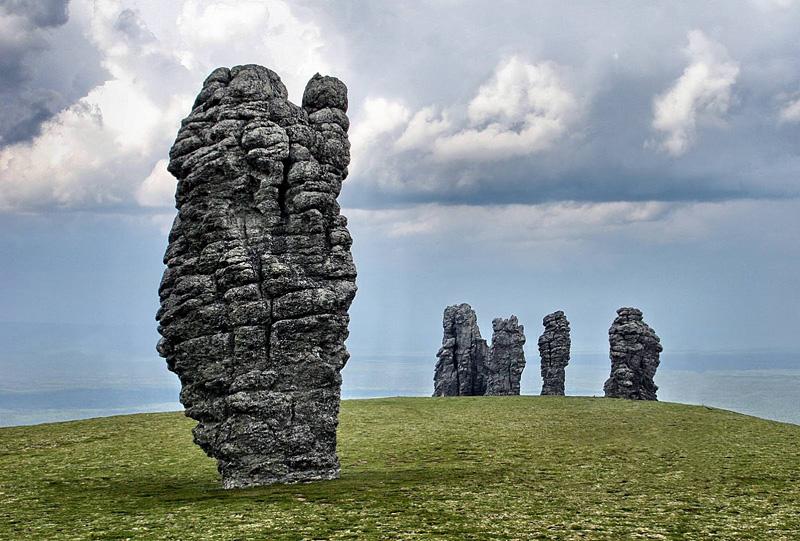 Man Pupu Nyor : sept géants de pierre à Komis