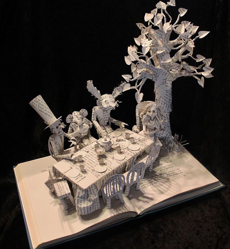 Sculptures en papier à l'intérieur de livres