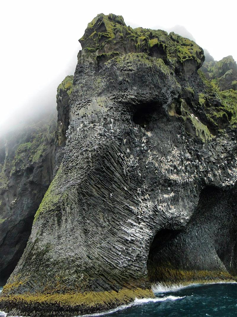 visage d'éléphant surgit d'une falaise de l'île de Heimaey