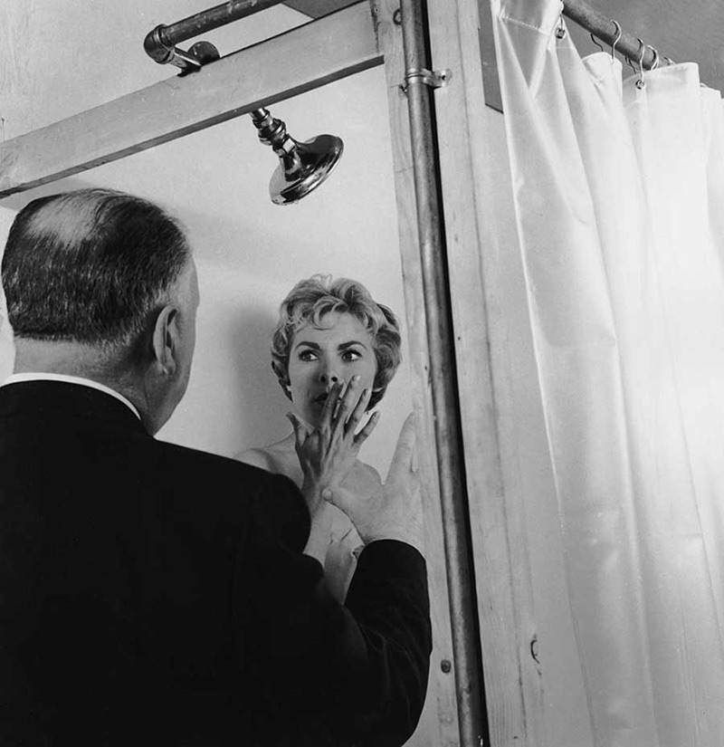 Alfred Hitchcock dirigeant Janet Leigh dans Psychose