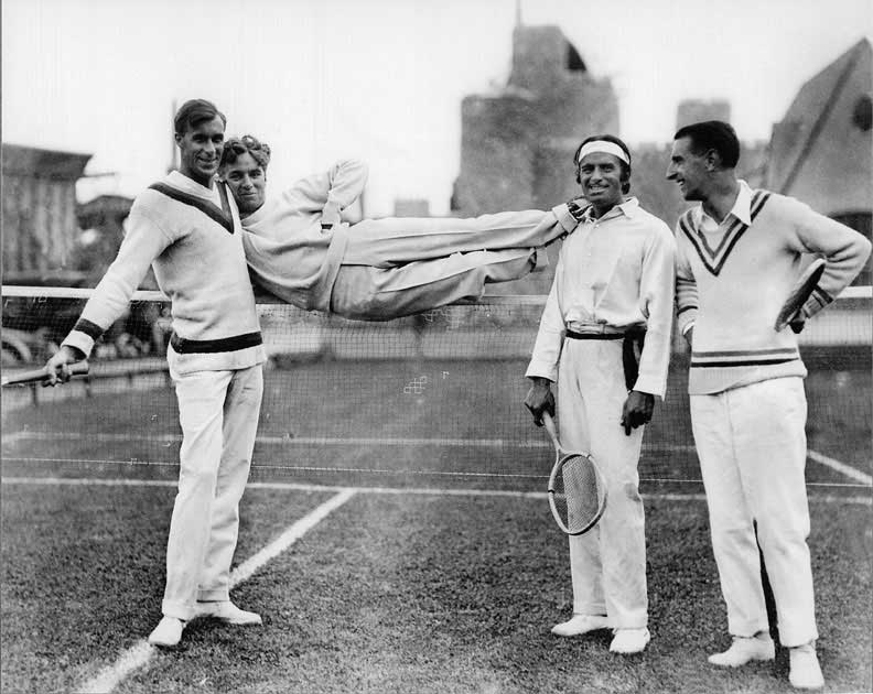 Bill Tilden, Charlie Chaplin, Douglas Fairbanks Sr. et Manuel Alonso sur un terrain de tennis en 1923