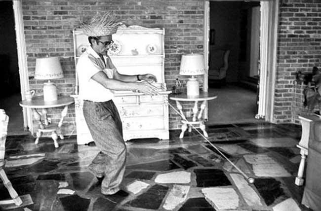 James Dean joue avec un yoyo en 1955