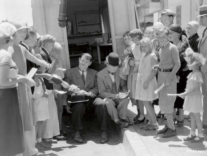 Oliver Hardy et Stan Laurel signent des autographes