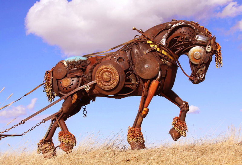 Sculpture animalière avec des assemblages métalliques