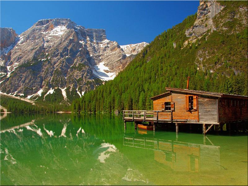 Lac de Braies dans les Dolomites au sud-Tyrol en Italie