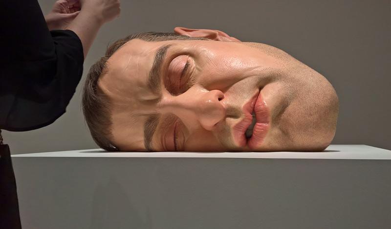 Sculptures humaines géantes hyperréalistes de Ron Mueck