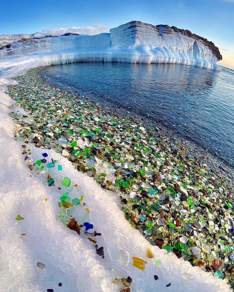 Plage de verres multicolores dans la Baie d'Ussuri en Russie