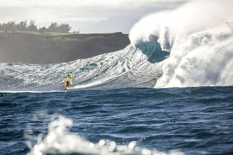 Windsurf sur des vagues géantes