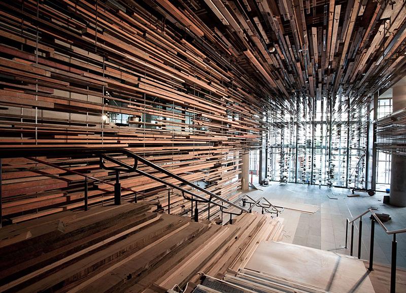 escalier d'intérieur avec des planches de récupération