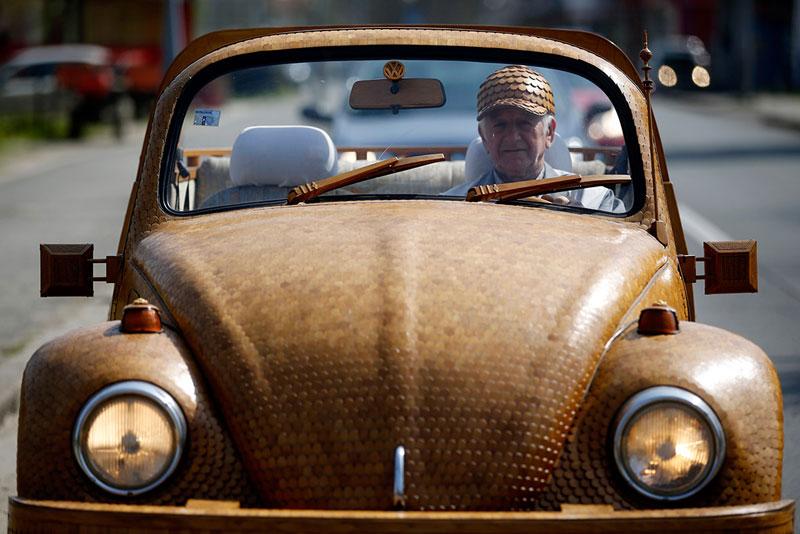 une beetle de Volkswagen recouverte de 50000 pièces en bois