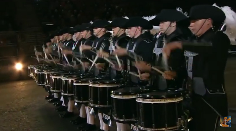 25 percussionnistes  du Top Secret Drum Corps