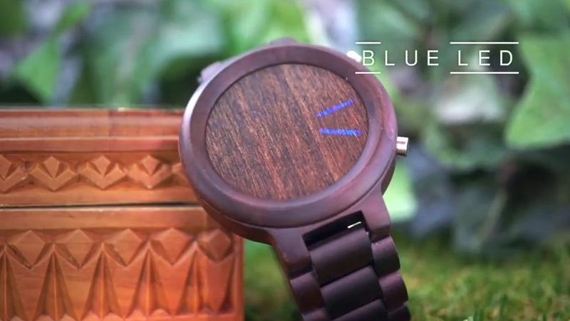 Montre TokyoFlash en bois de santal et à affichage LED