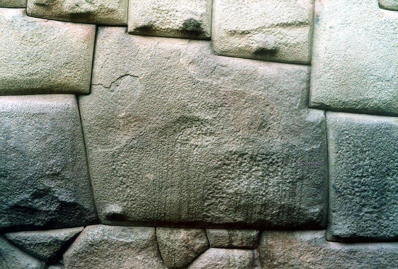 pierre à angles multiples posée sans mortier par les Incas voici plus de 700 ans